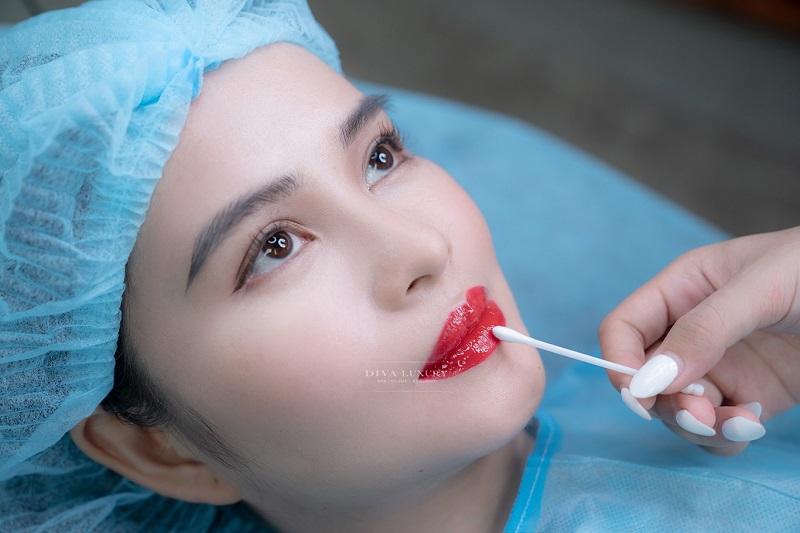 Phun môi bao lâu thì được dùng son